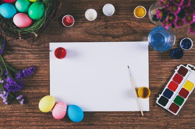 Ovos de pintura para a celebração do feriado da páscoa