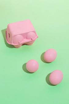 Ovos-de-rosa com pequeno rack na mesa