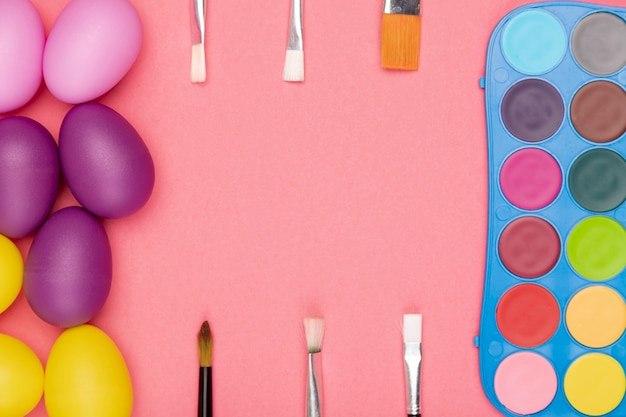 Ovos de vista superior e aquarela com pincéis para pintura