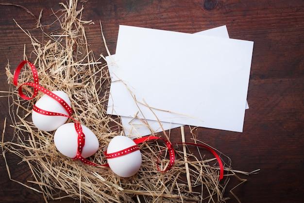 Ovos decorados com papéis brancos