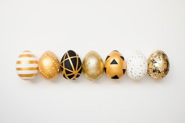 Ovos decorados dourados da páscoa. conceito mínimo de páscoa.