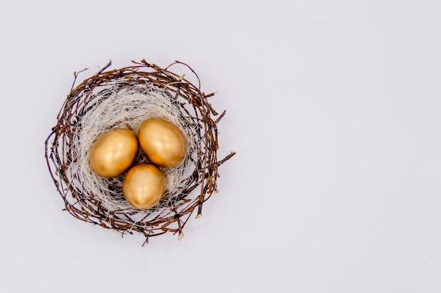 Ovos decorados dourados de easter no fundo branco.