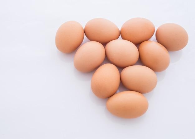 Ovos dispostos em um triângulo é isolado