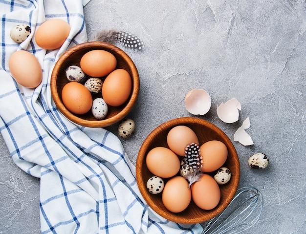 Ovos e bacias de madeira