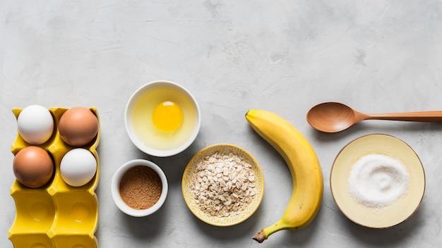 Ovos e banana para cozinhar com cópia-espaço