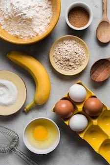 Ovos e banana para cozinhar na mesa
