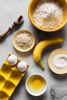 Ovos e banana para cozinhar