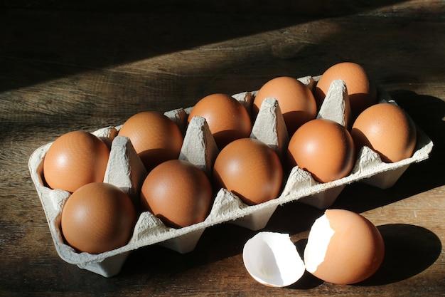 Ovos e casca na mesa de madeira.