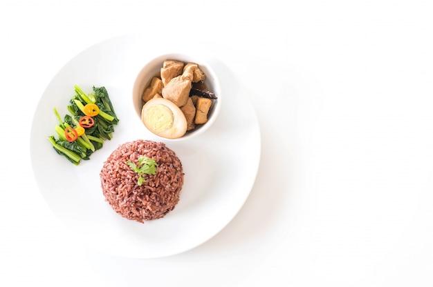 Ovos e frango com molho castanho com arroz de baga