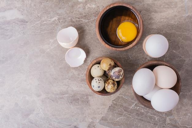 Ovos e gema de ovo como ingredientes para fazer massa