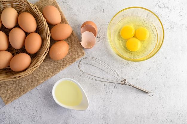 Ovos e óleo orgânicos, preparando a refeição de cozinha