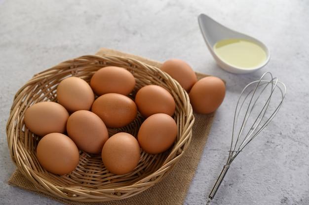 Ovos e óleo, preparando a refeição de cozinha