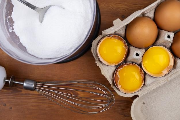 Ovos e processo de cozimento de merengue de açúcar moído
