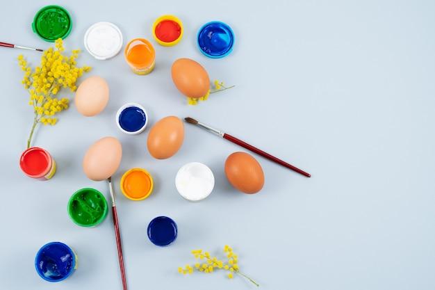Ovos e tintas. processo de decoração de ovos de páscoa. copie o espaço. vista do topo.