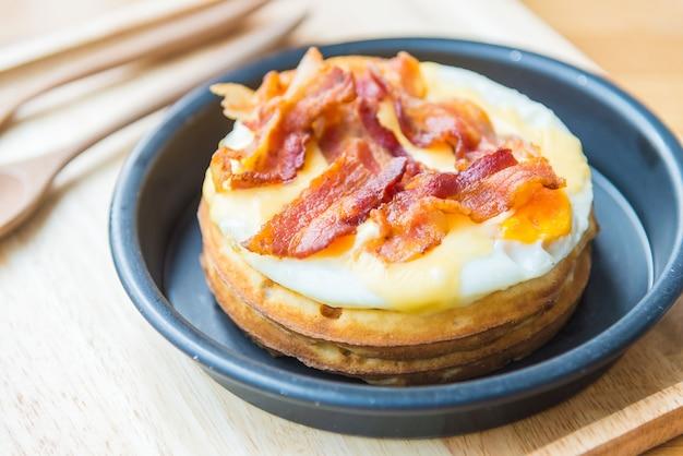 Ovos e waffles de bacon