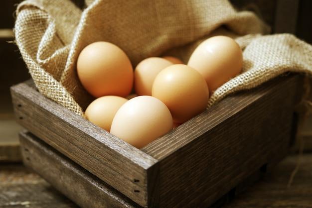 Ovos em caixa de madeira