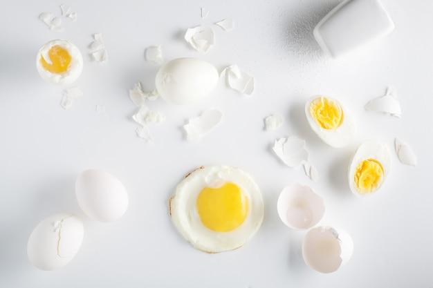 Ovos em fundo branco. visão aérea