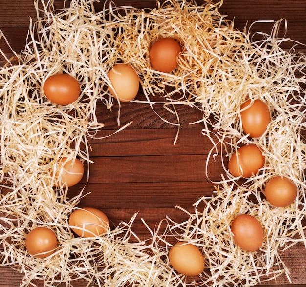 Ovos em fundo de madeira