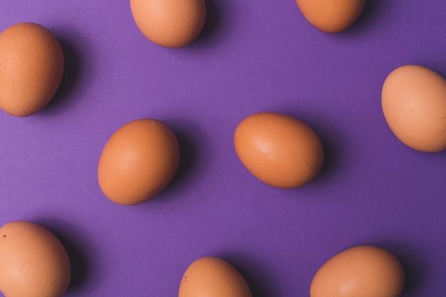Ovos em fundo violeta