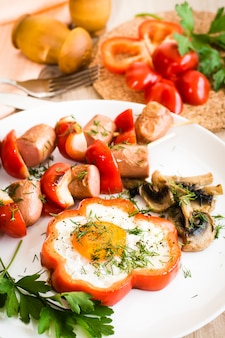 Ovos em pimentos, cogumelos e salsicha com pimentos no espeto