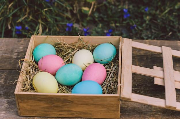 Ovos em uma caixa de madeira. conceito de páscoa.
