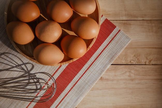 Ovos em uma tigela de madeira.