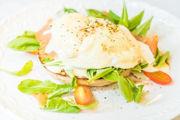 Ovos escalfados com salada de salmão e rúcula