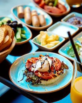 Ovos escalfados em tomate e pão crocante em um prato