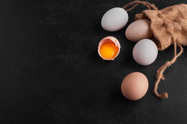 Ovos espalhados fora do pacote rústico.