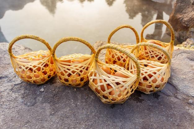 Ovos fervendo na primavera quente, chae son hot spring na província de lampang, tailândia