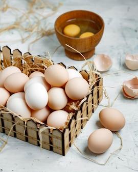 Ovos frescos da vila em cima da mesa
