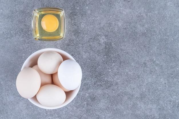 Ovos frescos de galinha crua em um prato branco
