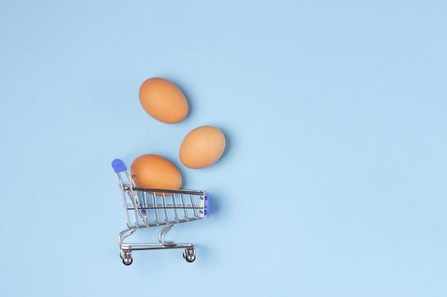 Ovos frescos em um carrinho de compras.