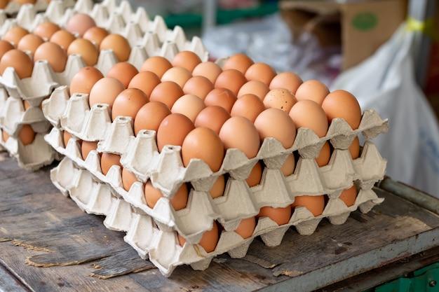 Ovos frescos em um painel de três camadas empilhadas