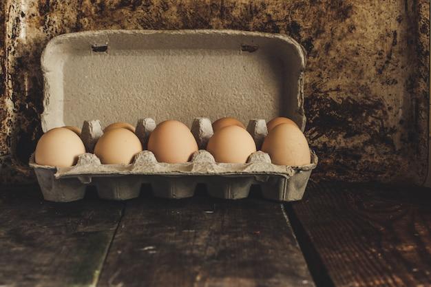 Ovos frescos em uma caixa