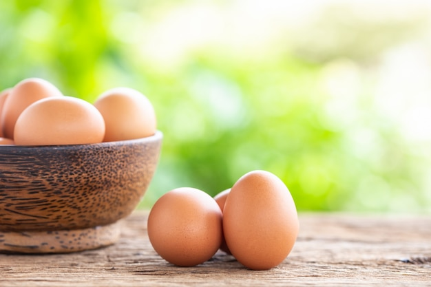 Ovos frescos na mesa de madeira para o conceito de comida