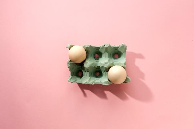 Ovos frescos no fundo rosa