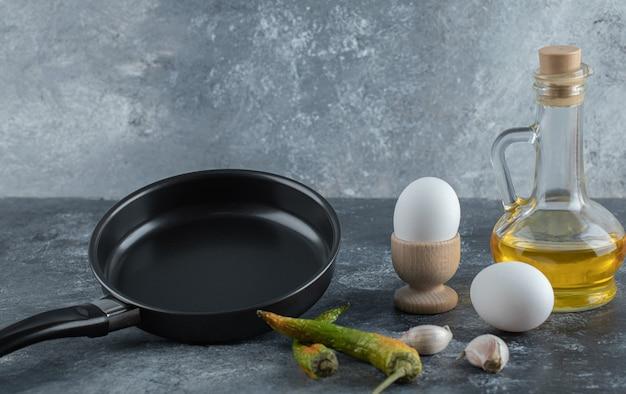 Ovos frescos orgânicos com pimenta e óleo