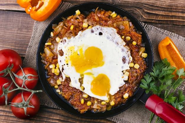 Ovos fritos com comida mexicana em uma panela