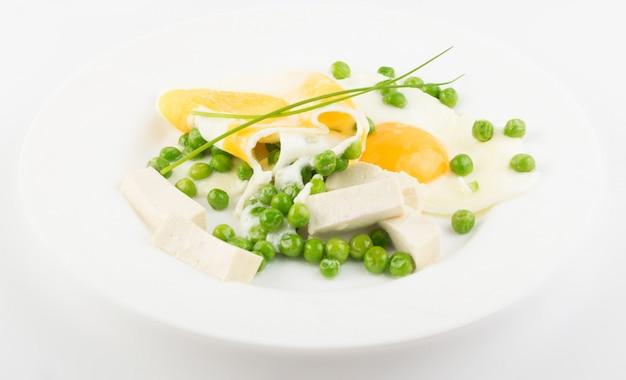 Ovos fritos com ervilhas verdes