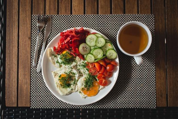 Ovos fritos com legumes e chá