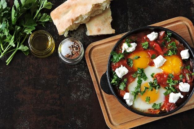 Ovos fritos com legumes e queijo feta. shakshuka. keto dieta. keto café da manhã ou lanche. estilo do oriente médio.