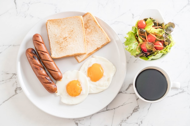 Ovos fritos com salsicha e pão