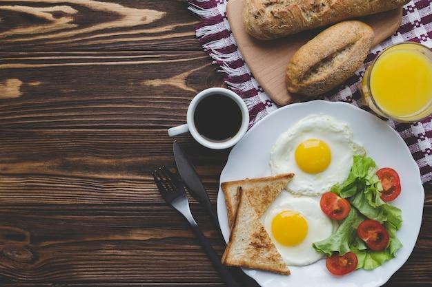 Ovos fritos e bebidas para o café da manhã