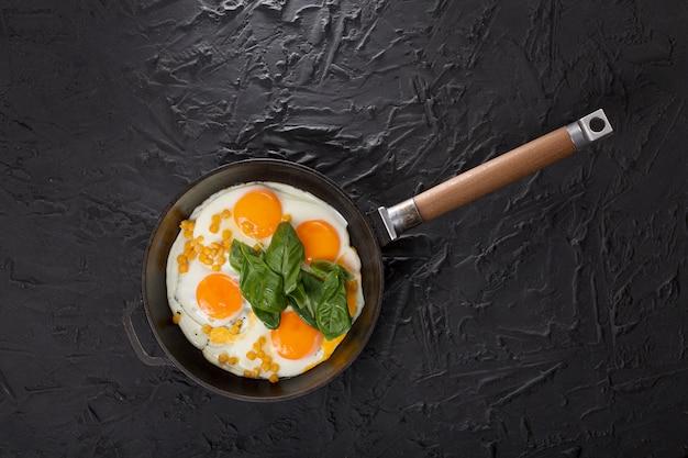 Ovos fritos em uma panela, café da manhã saudável
