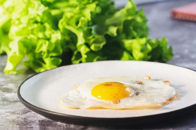 Ovos fritos na chapa branca e café no café da manhã