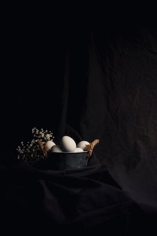 Ovos galinha, em, tigela, perto, planta
