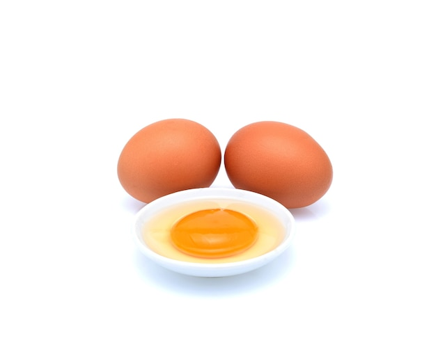 Ovos isolados no branco