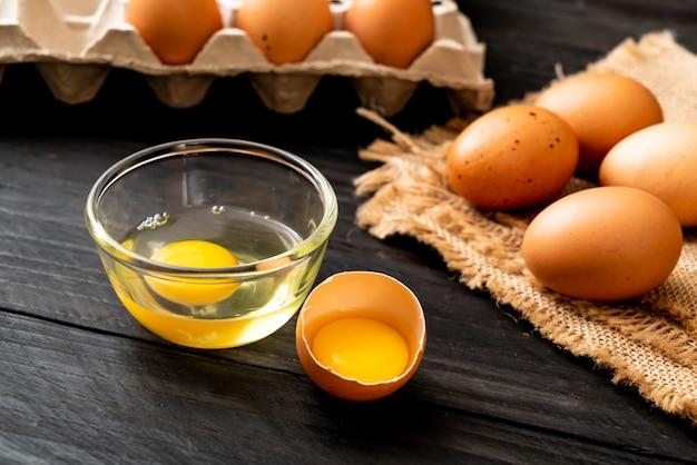 Ovos marrons com um quebrado e gema de ovo