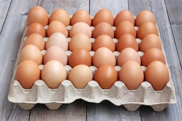 Ovos marrons da galinha fresca na embalagem, um fim acima. comida. vista do topo.